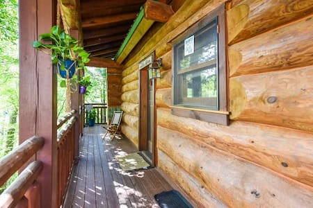 Romantic Log Cabin, Only 3min to Parkway Pigeon F.