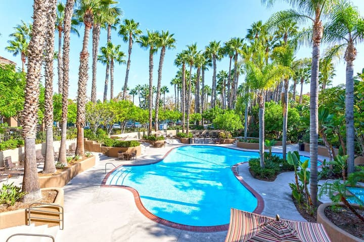 Great Location between Newport and HB Piers!