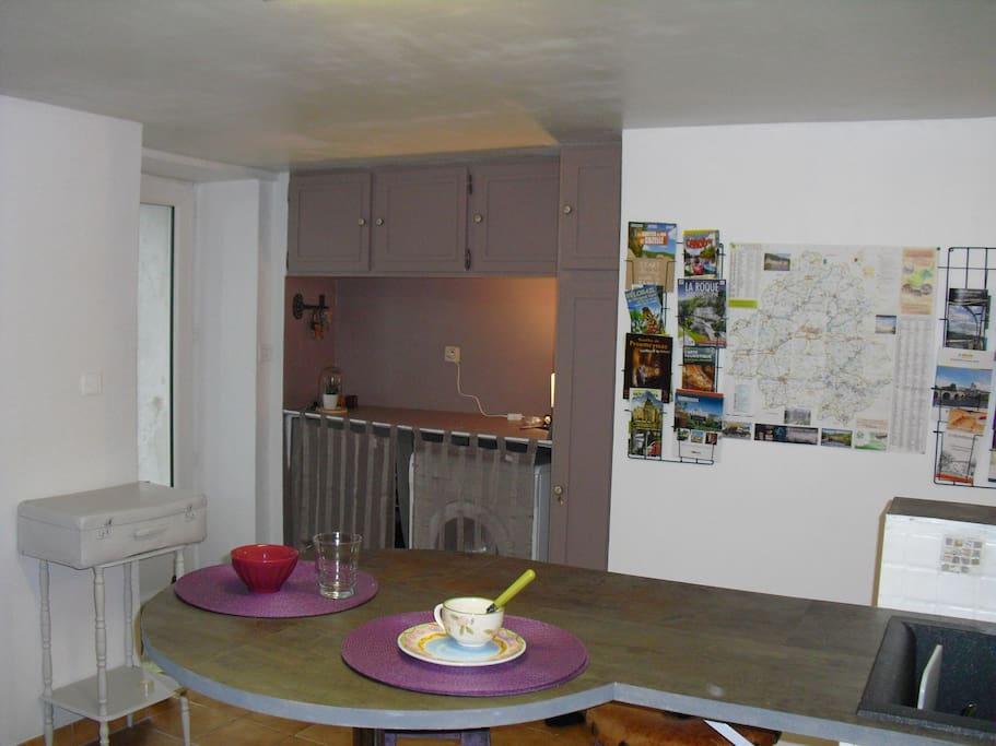 cuisine et son entrée, documentation et carte de la Dordogne