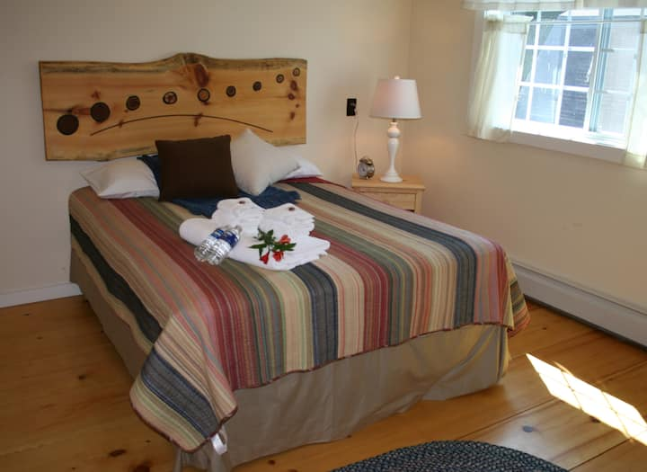 Queen with Twin Room with Private Bath - The Trailside Inn