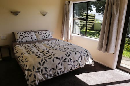 Private room in great location and sunset views. - Porirua