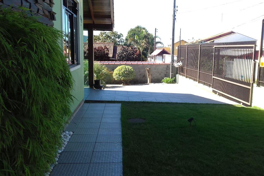 Vista da frente  (jardim gramado).