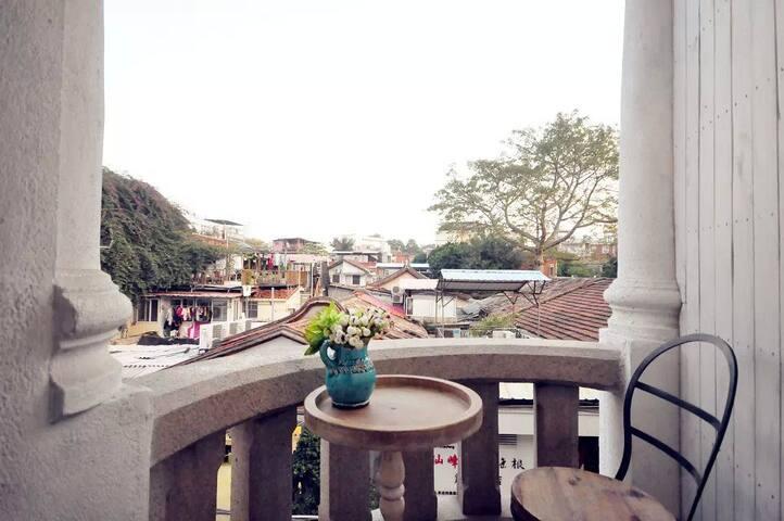 岁月静好当如是.不负如来不负卿.绚烂花开的鼓浪屿.面朝凤凰花树下的欧式小别墅上的小阳台房.