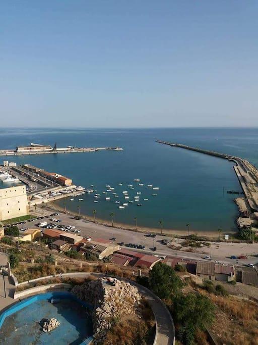 Vista del porto ripresa dalla zona alta del paese