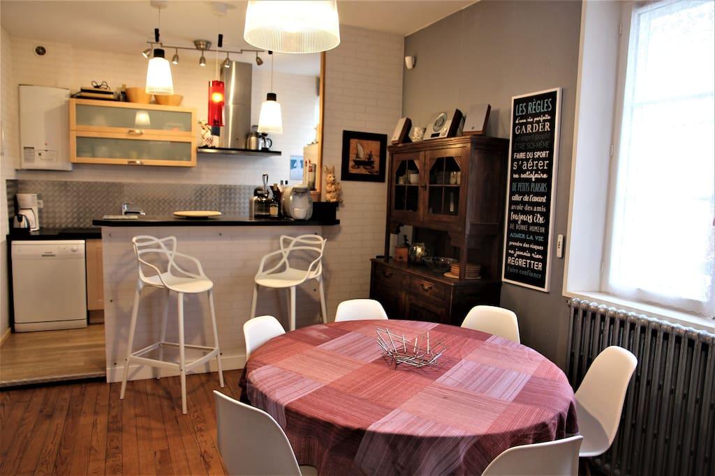 Salon - table 6 personnes - bar - machine nexpresso - machine Special T - Tassimo
