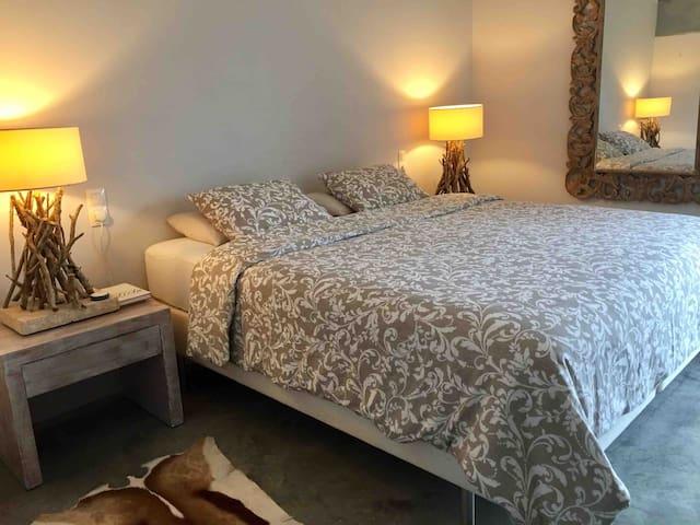 Schlafzimmer 1 Bett 1,80 x 2,0 m