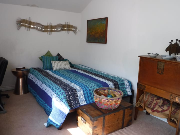 BOHO CHIC ROOM--WALKING DISTANCE TO EVERYTHING