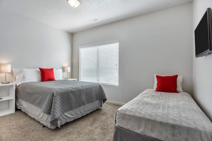 New Cozy Room in Orem/Provo.