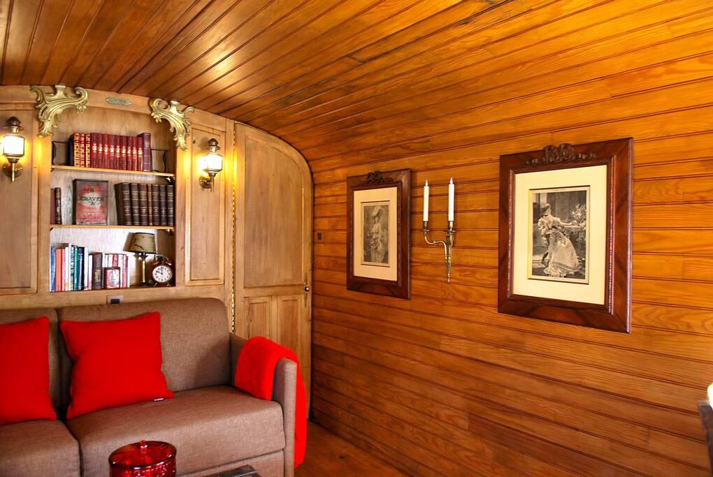 canapé lit convertible, petite bibliothèque