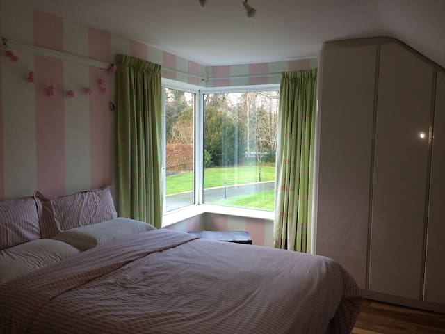 Large comfortable double room, breakfast available - Meath