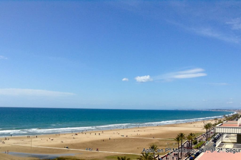 Vista de la playa desde el edificio. Beach's view from the building