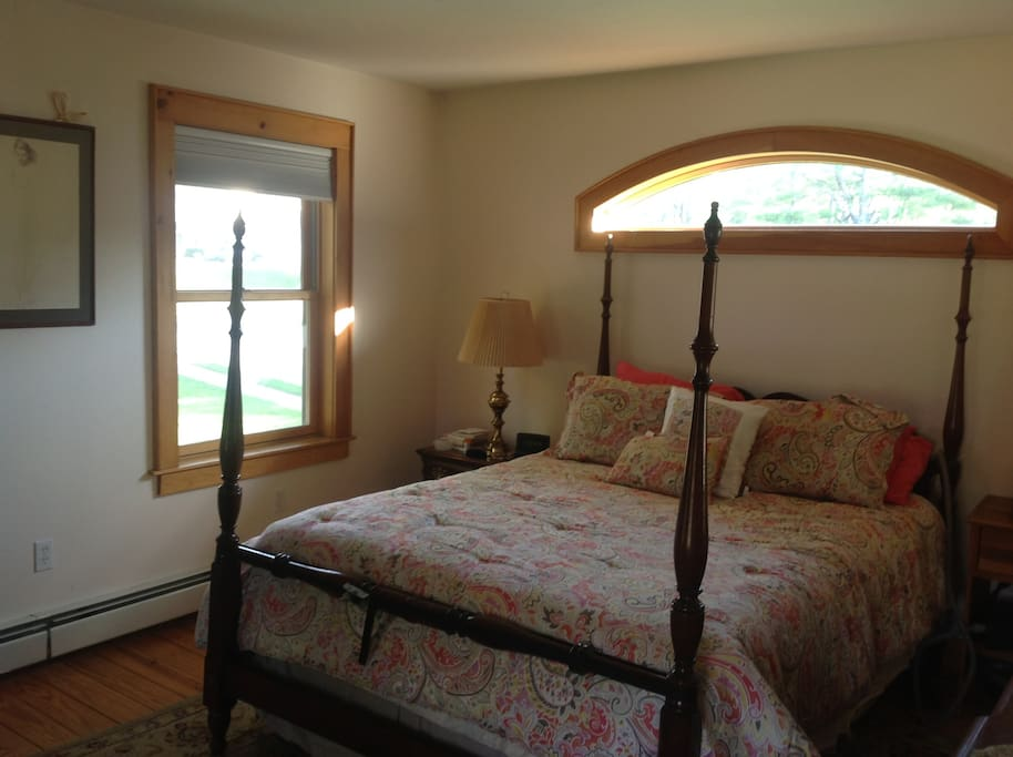 Masterbedroom, views of gardens and river