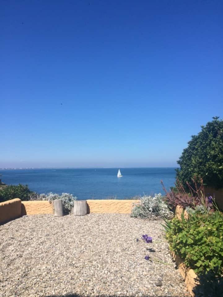 Maison au bord de l'eau vue mer