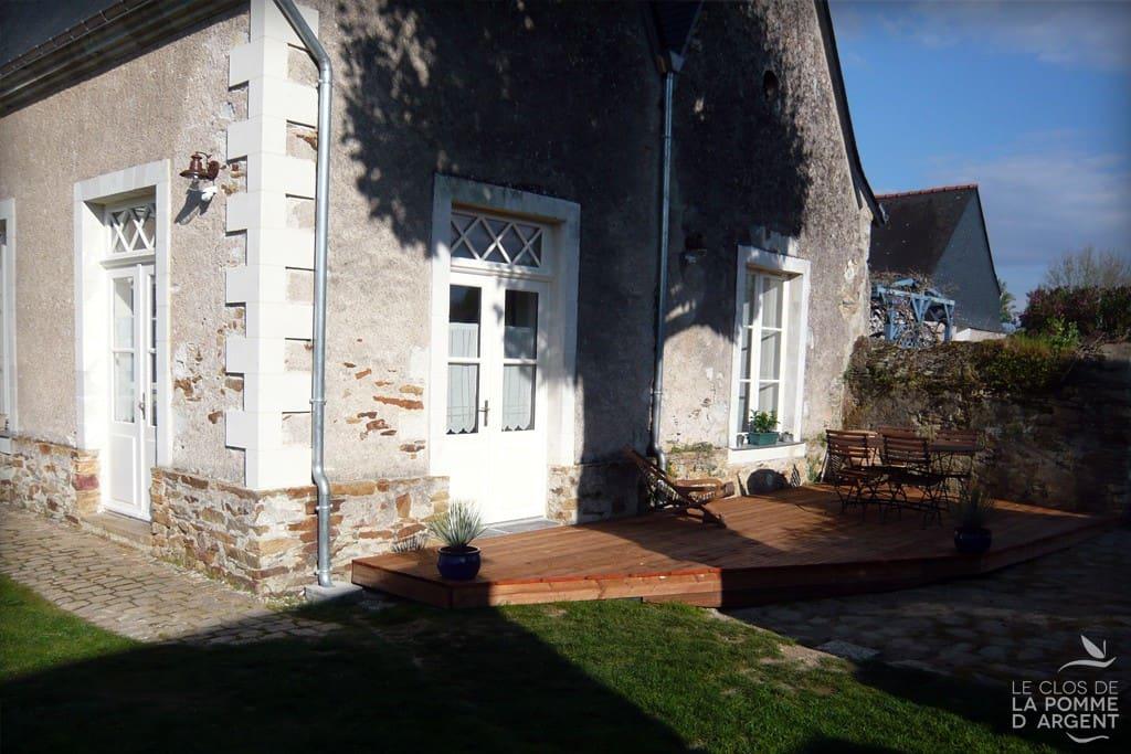 La terrasse avec le salon de jardin et Barbecue.