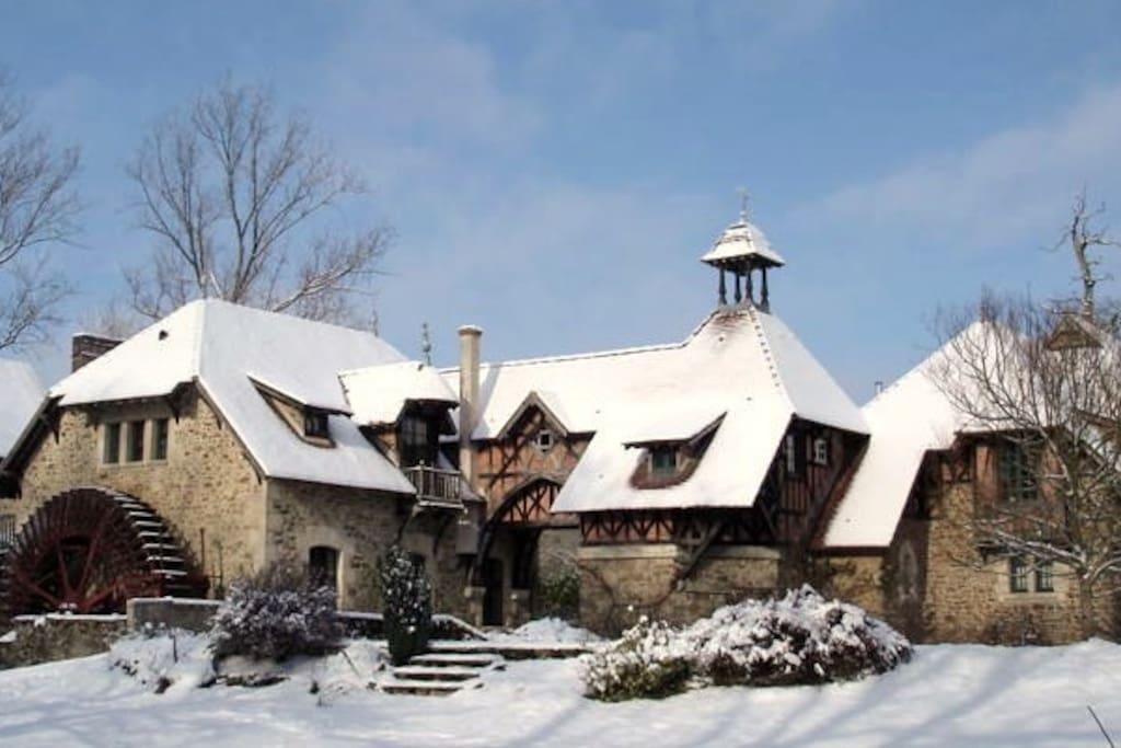 Moulin à eau du 18 ème siècle qui fabriquait de la farine  transformé en Centre de Naturopathie spécialisé dans le Bien - Etre et engagé dans le développement durable - Gîte Ecodurable à droite
