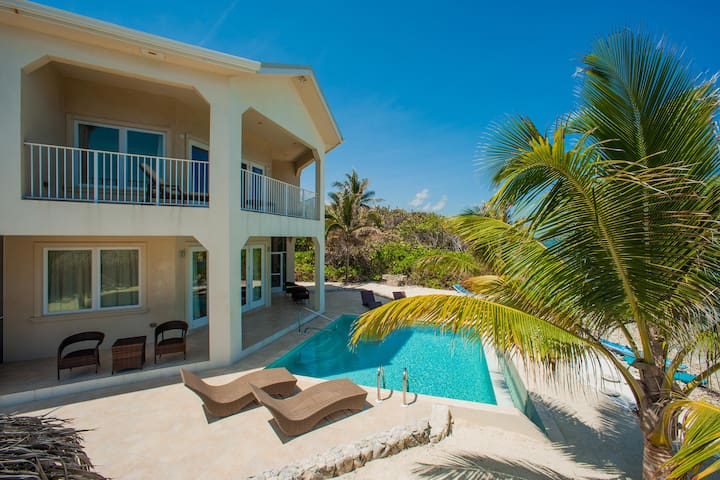 Christmas Palms: Serene Villa with an Oceanfront Pool and Private Beach