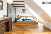 THE LARGE BEDROOM. The bed is 180 cm x 200 cm. The rooms has two nice and sunny balconies.