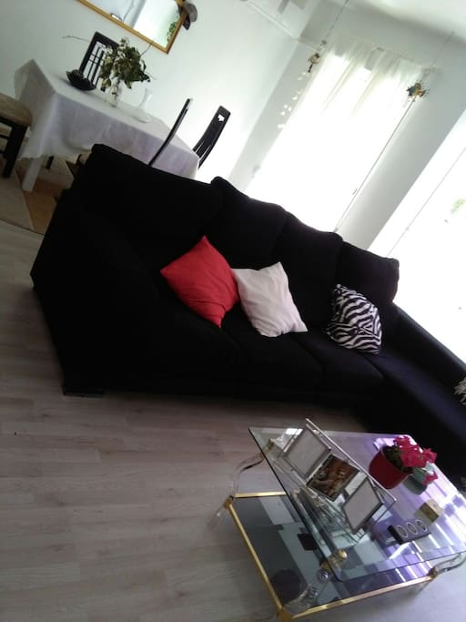 Salón TV smart y por cable con sofá bed. aire acondicionado frío calor