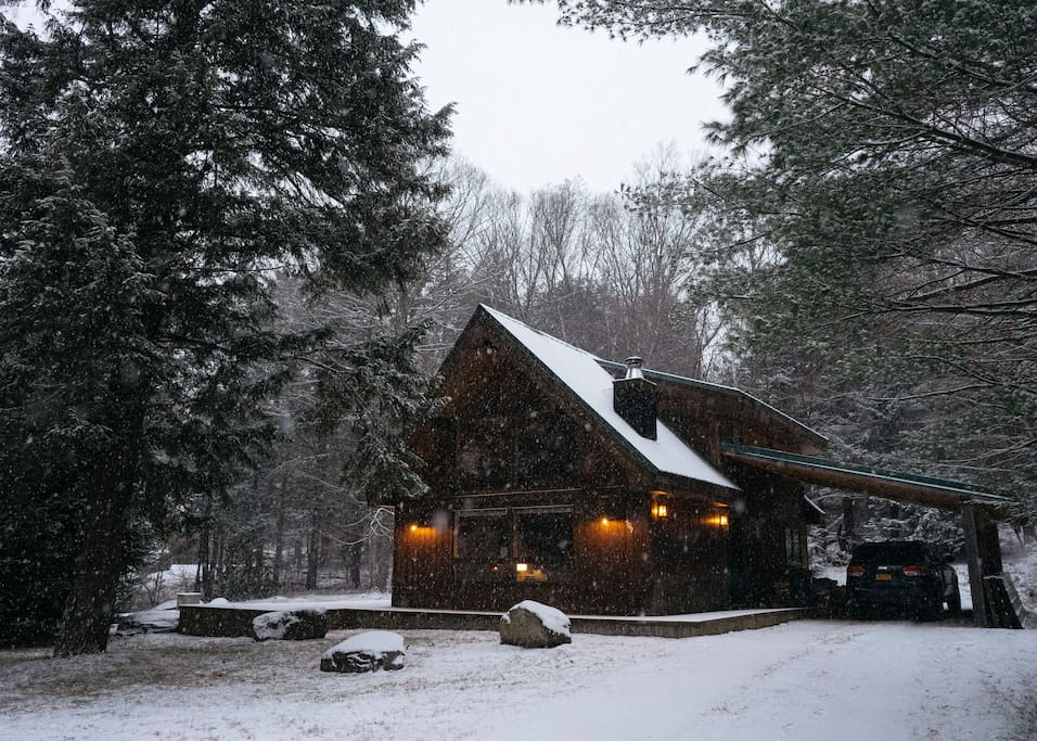 Cozy Adirondack-style cabin in the Green Mountain National Forest
