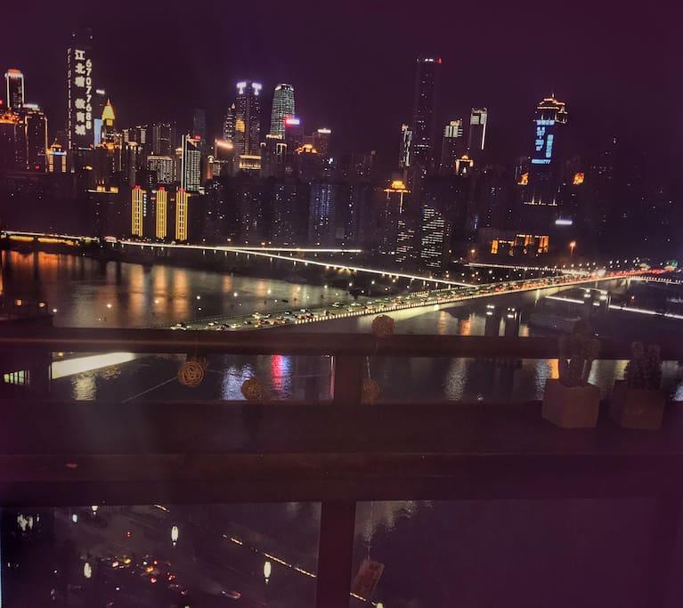 晚上,从阳台望出去,看不夜重庆灯火阑珊
