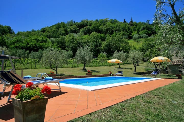 Tuscany cottage with views over the Chianti hills