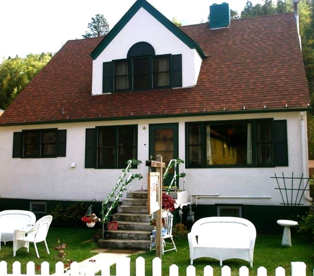 The Tucker Inn, Historic Main St.