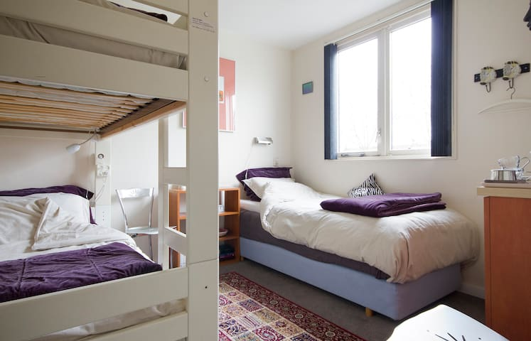 Room nearby Schiphol, Amsterdam and CAE - Hoofddorp - Bed & Breakfast
