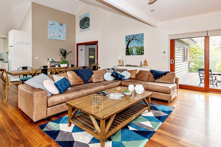 Stylish riverfront house perfect 4 Spring fun