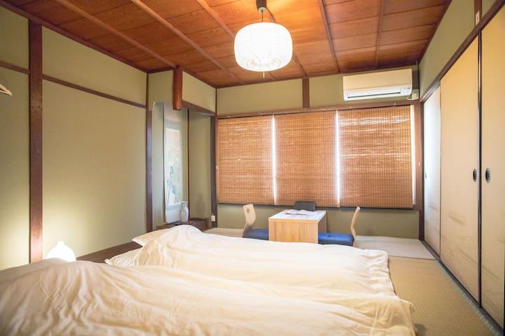 【西陣エリア】和室(1-2名)。大徳寺まで徒歩10分。金閣寺、二条城、京都駅、祇園まではバス1本。