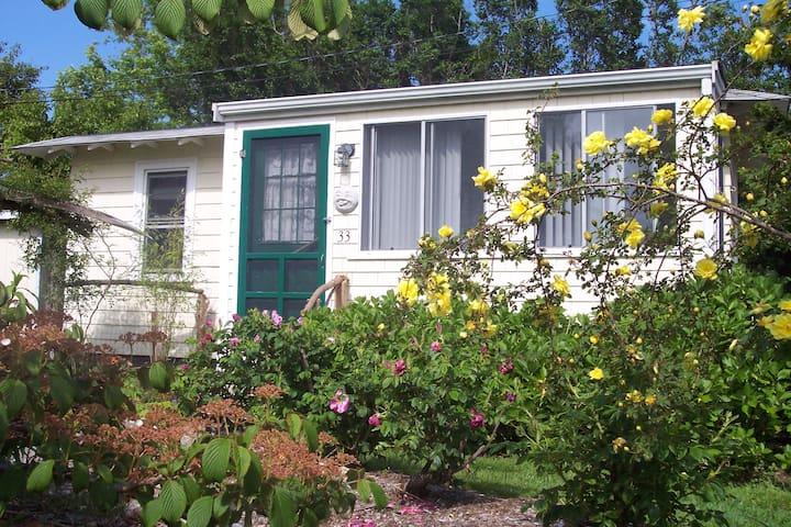 Newport garden cottage. Walk to Beach. - Middletown - House