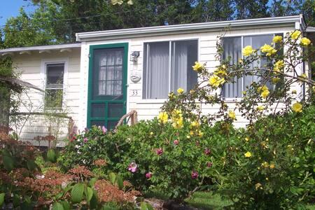 Newport garden cottage. Walk to Beach. - Middletown - Dům