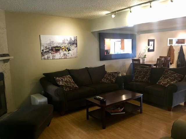 Remodeled 3bd/4bath Central Boulder