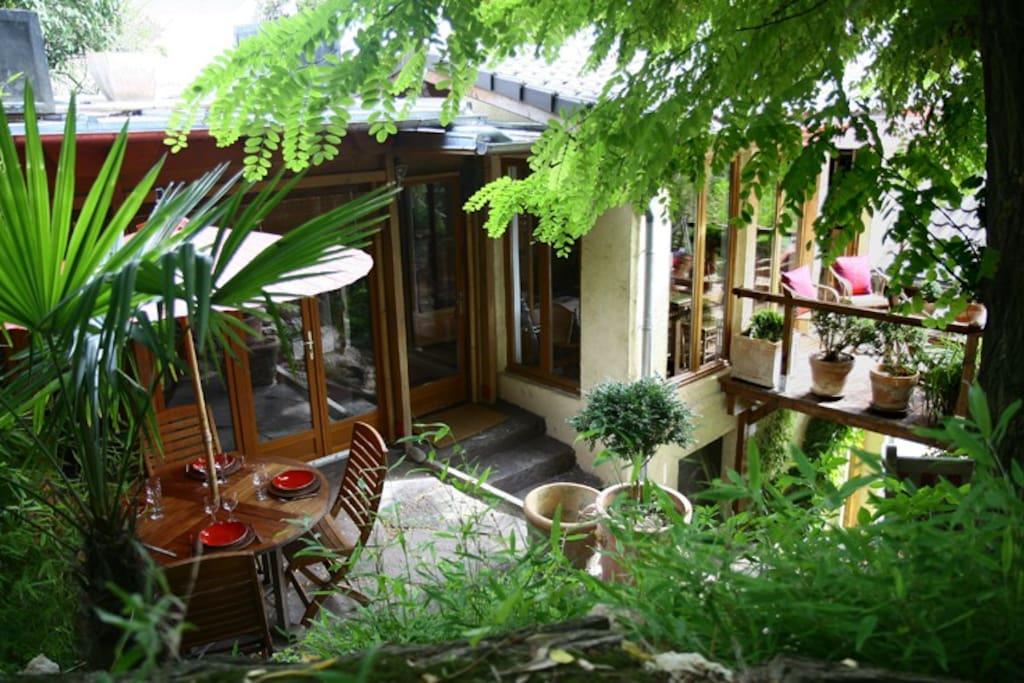 Entrée principale. Avec deux terrasses et jardin