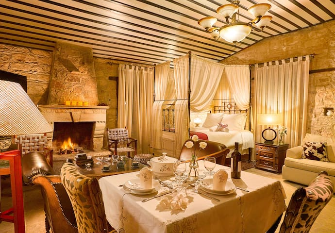 Anogio (Luxury Suite with Fireplace & Spa Bath)
