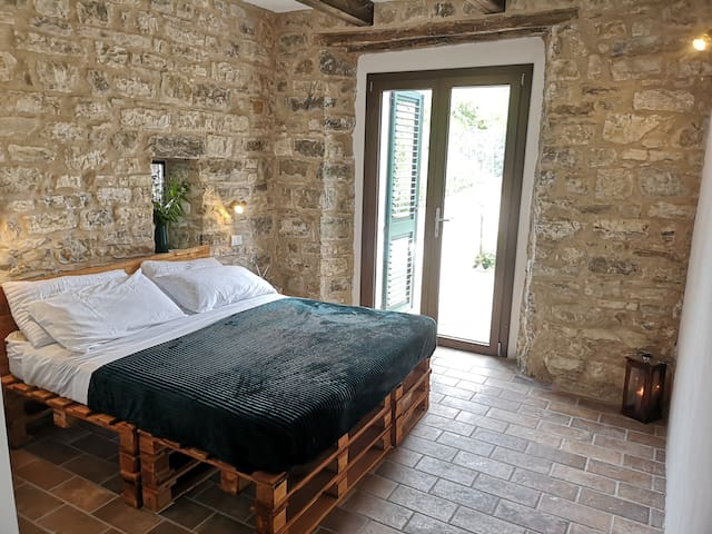 Timo-Double room-Budget-Mobility bath-Courtyard view