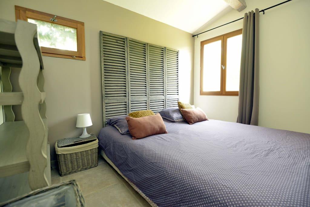 1ère Chambre avec lit king size (draps et serviettes de bain fournis).