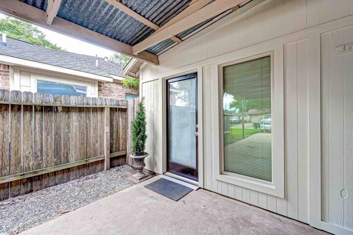 2 BR Newly Renovated Garage Apt in Brookhollow