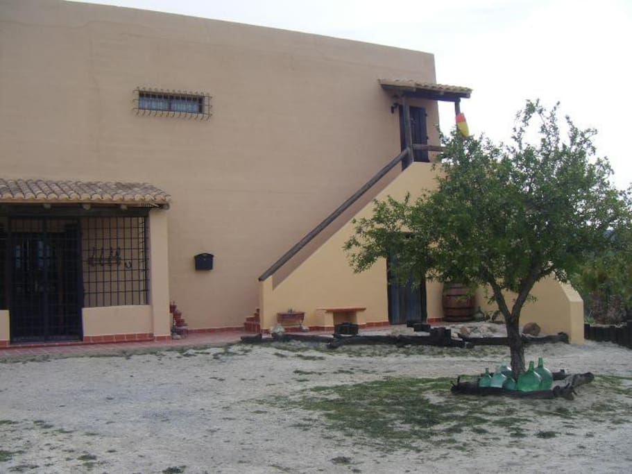 Entrada principal de la casa y subida a la entrada privada del apartamento.