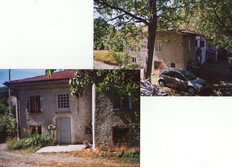L'ingresso dell'abitazione porta al piano terra scendendo 2/3 gradini e al piano sopra salendone 5/6. In alto uno dei due grossi noci.