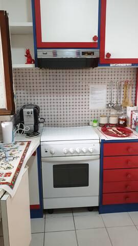 Cucina attrezzata. Inoltre ogni elettrodomestico ha accanto la spiegazione del suo funzionamento in italiano e inglese