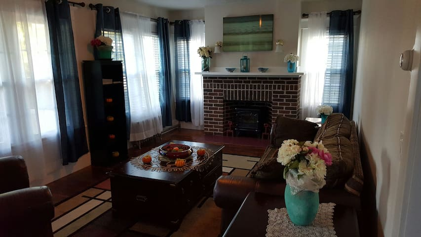 Newly Renovated Cozy 3BD  Spacious Bright Relaxing - Holyoke - 獨棟