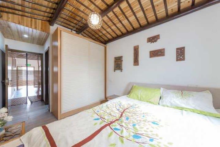 楼下的独立卧室,装修古朴自然,配备独立的卫生间,衣橱。