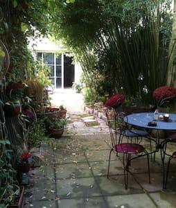 Petite chambre au fond du jardin - Rochefort