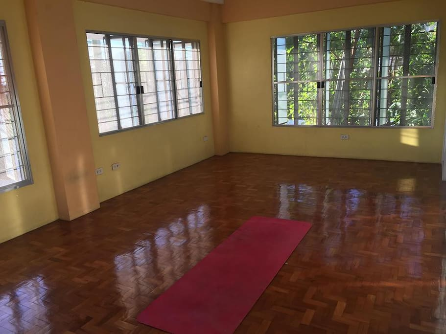 The mezzanine-bedroom can be used for many other activities other than resting and sleeping like holding meetings, movie marathons, team building sessions, or practicing acro yoga and group meditation.