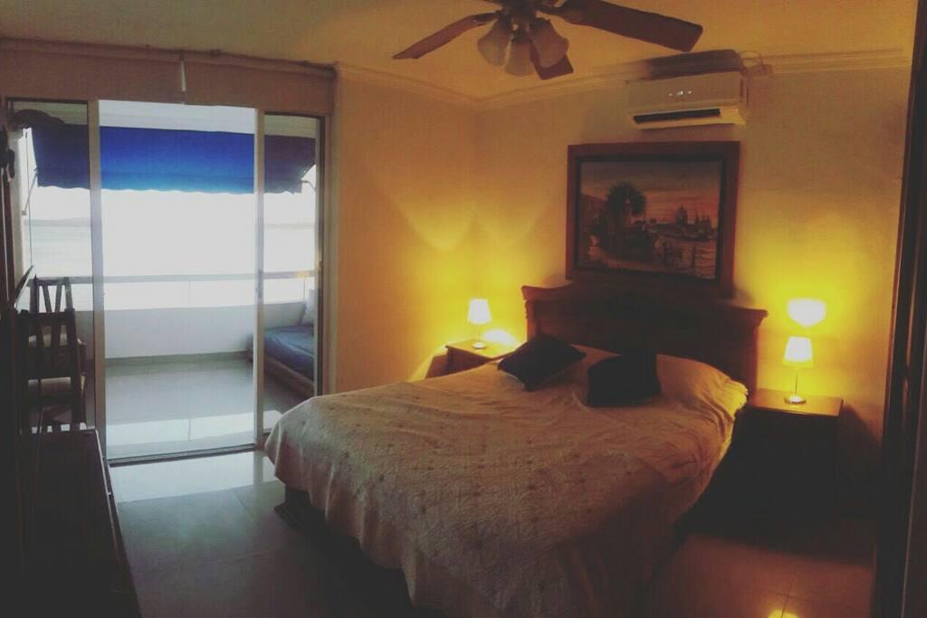 Alcoba con salida a terraza, cama queen, tv, aire acondicionado, armario!