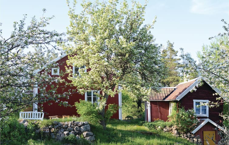Former farm house with 4 bedrooms on 104m² in Örsundsbro