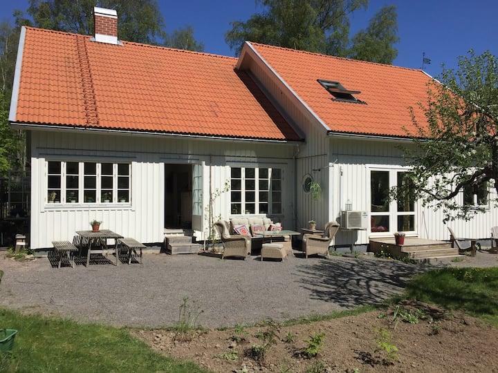 Sjönära villa med vedeldad bastu