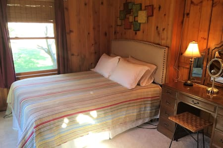 Rustic & Pretty Private Bed & Bath - Stevensville