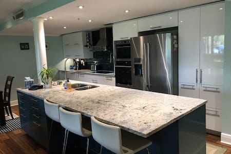 Luxury 2 Bed/2 Bath  condo with gourmet kitchen