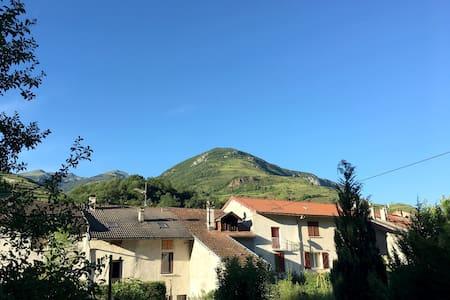 Dans un petit village de montagne - Albiès - Hus